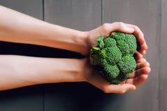Bróculi en manos Fotografía de archivo libre de regalías