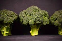 Bróculi en un fondo negro Fotos de archivo libres de regalías