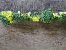 Bróculi fijado en de madera Fotos de archivo libres de regalías