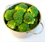 Bróculi fresco en el plato de la cazuela, aislado Imagen de archivo libre de regalías