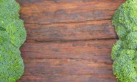 Bróculi fresco en el tablero de madera Fotos de archivo