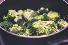Bróculi fresco en un pote en estufa fotografía de archivo libre de regalías