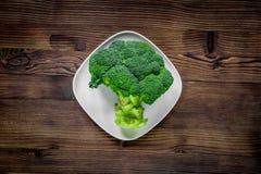 Bróculi fresco verde para la comida de la dieta de la aptitud en la opinión superior del fondo de madera de la tabla Imágenes de archivo libres de regalías