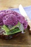 Bróculi púrpura en una tabla de madera Fotos de archivo libres de regalías