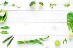 Bróculi, pimienta, quingombó, cebolla, brotes en una tabla blanca Foto de archivo