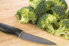 Bróculi que es tajado con el cuchillo Foto de archivo
