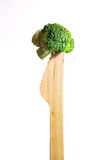 Bróculi sano fresco en el cuchillo de madera sobre el fondo blanco Fotos de archivo libres de regalías