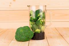 Bróculi sano fresco en licuadora Imagenes de archivo
