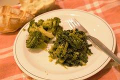 Bróculi vegetal italiano y comida tipical del friarielli del sud Italia del napoli en la tabla fotografía de archivo