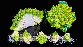 Bróculi verde fresco de Romanesco en un tablero de madera, un concepto sano o vegetariano del fondo de madera rústico - de la com imagen de archivo