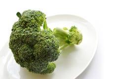 Bróculi verde fresco en la placa blanca Fotografía de archivo