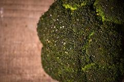 Bróculi verde grande en un fondo negro Fotografía de archivo
