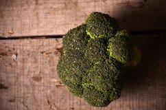 Bróculi verde grande en un fondo negro Imágenes de archivo libres de regalías