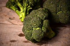 Bróculi verde grande en un fondo negro Fotos de archivo