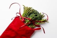 Bróculi y espárrago de la Navidad con el arco foto de archivo libre de regalías