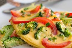 Bróculi y tomate Omlette Foto de archivo libre de regalías