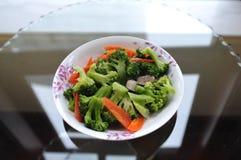 bróculi y zanahoria sofritos imagen de archivo