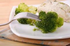 Bróculos cozinhados com galinha fotografia de stock royalty free