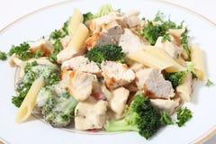 Bróculos e massa grelhados da galinha no molho imagens de stock royalty free