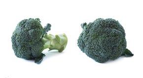Bróculos no fundo branco Brócolis na bacia de madeira Vegetais com espaço da cópia para o texto Brócolis isolados em um backgroun foto de stock royalty free
