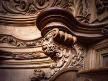 Bródkowe drewniane grawerować sylwetki i twarze w starym opactwie Floref obrazy stock