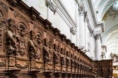 Bródkowe drewniane grawerować sylwetki i twarze w starym opactwie Floref zdjęcie royalty free