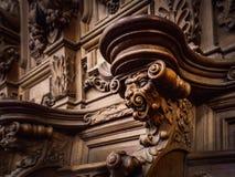 Bródkowe drewniane grawerować sylwetki i twarze w starym opactwie Floref obraz royalty free