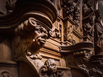 Bródkowe drewniane grawerować sylwetki i twarze w starym opactwie Floref zdjęcie stock