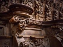 Bródkowe drewniane grawerować sylwetki i twarze w starym opactwie Floref fotografia royalty free