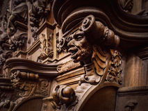 Bródkowe drewniane grawerować sylwetki i twarze w starym opactwie Floref obraz stock