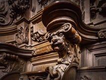 Bródkowe drewniane grawerować sylwetki i twarze w starym opactwie Floref obrazy royalty free