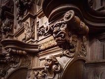 Bródkowe drewniane grawerować sylwetki i twarze w starym opactwie Floref fotografia stock