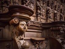 Bródkowe drewniane grawerować sylwetki i twarze w starym opactwie Floref zdjęcia royalty free