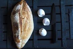 Bröd, äggskal och en kniv Royaltyfria Bilder