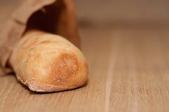Bröd av ciabattaen är på tabellen Royaltyfri Fotografi