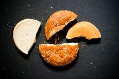 bröd brutna stycken royaltyfri bild