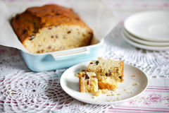 Bröd eller fruktkaka för Teatime sött med torkat - frukt Royaltyfri Foto