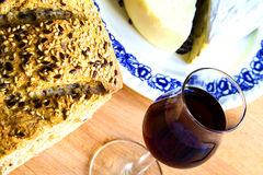 Bröd, exponeringsglas av vin och ost Arkivbild