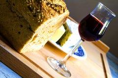 Bröd, exponeringsglas av vin och ost Arkivfoton