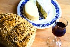 Bröd, exponeringsglas av vin och ost Fotografering för Bildbyråer