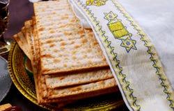 Bröd för ferie för påskhögtidmatzoh judiskt över trätabellen royaltyfri foto