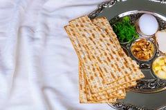 Bröd för ferie för påskhögtidmatzoh judiskt över trätabellen fotografering för bildbyråer