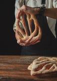 Bröd för fougas för håll för händer för bagare` s Royaltyfri Bild