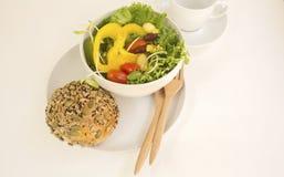 Bröd för helt vete med grönsaken på vit bakgrund Royaltyfri Foto