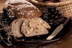 Bröd för helt vete med jordnötsmör arkivbilder
