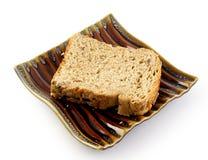 Bröd för helt vete på plattan Arkivbild