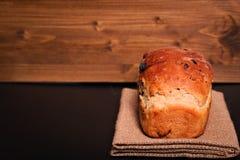 Bröd för russin för vete för matbakgrund organiskt franskt helt på den svarta bakgrundsplattan Arkivbild