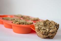 Bröd från rågmjöl med frö i orange bakewarewhit för silikon Arkivfoto