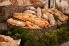 Bröd i en korg royaltyfri fotografi