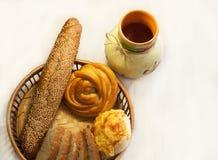 Bröd i en korg på ett köksbord Arkivfoton